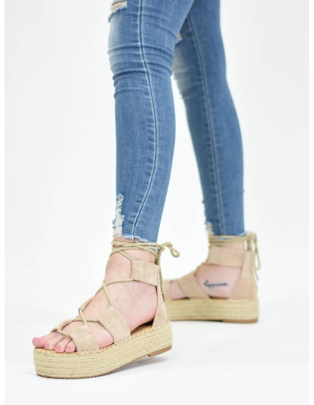 Sandalia atada beige